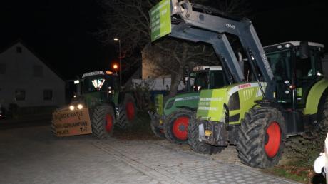 Landwirte protestierten am Donnerstagabend bei einem Besuch von Innenminister Joachim Herrmann in Möttingen.