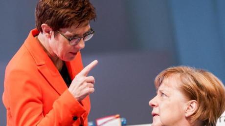 Annegret Kramp-Karrenbauer spricht mit Bundeskanzlerin Angela Merkel.