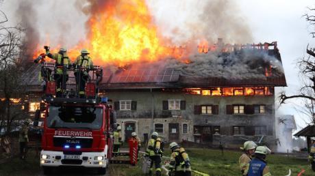 Einsatzkräfte der Feuerwehr löschen den Brand in Ellhofen.