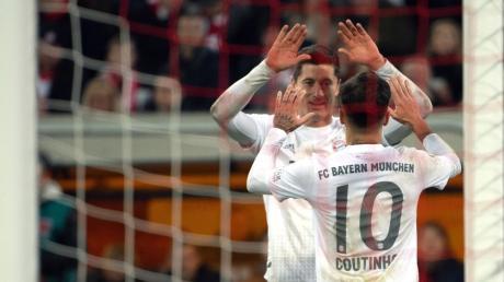 Der Münchner Philippe Coutinho und Robert Lewandowski feiern das 4:0.