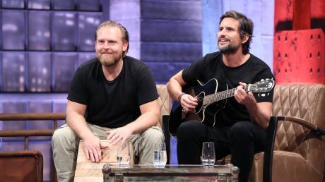 """""""Grill den Henssler"""" 2019, Folge 5 - News: Axel Stein (l.) und Tom Beck hatten sichtlich Spaß am Staffelfinale. Ihre Gerichte konnten die Jury aber nicht überzeugen."""