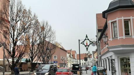 In der Friedberger Ludwigstraße teilen sich Fußgänger, Radler und Autofahrer gleichberechtigt den Verkehrsraum. Theoretisch gilt das als innovative Idee, praktisch klappt es nicht.