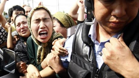 Hilflose Wut: Eine Angehörige der uigurischen Minderheit bei einer Demonstration in Ürümqi in der Unruheregion Xinjiang in Nordwestchina.