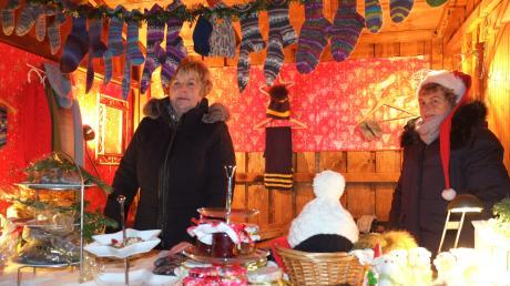 Viele Geschenkideen für Freunde und Familienangehörige halten die Stände bereit wie hier die warmen gestrickten Socken.