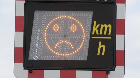 Ein trauriges oder ein lachendes Gesicht erscheint je nach Schnelligkeit vorbeifahrender Fahrzeuge auf dem Display der Geschwindigkeitsmessanlage.