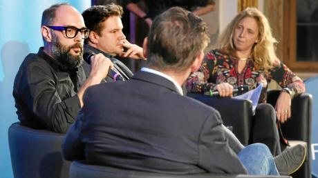 Die beiden Autoren Volker Klüpfel (Brille) und Michael Kobr im Gespräch mit Stefanie Wirsching und Chefredakteur Gregor Peter Schmitz.