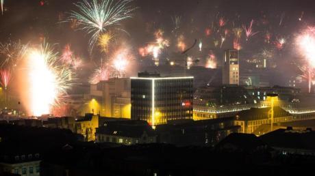 Die deutschen Städte verzichten auch in diesem Jahr auf umfassende Böllerverbote. Lediglich in einzelnen Brennpunktzonen darf kein Feuerwerk gezündet werden.