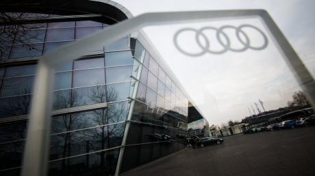 ARCHIV - 06.02.2018, Baden-Württemberg, Neckarsulm: Das Audi-Logo an einer Ladestation für Elektrofahrzeuge vor dem Audi Forum. Foto: Christoph Schmidt/dpa +++ dpa-Bildfunk +++