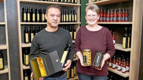Birol und Renate Duran zeigen Produkte, die sie in ihrem neuen Geschäft Olivenbauer anbieten.