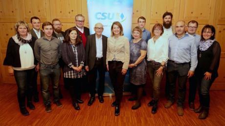 Die Kandidaten für den Rettenbacher Gemeinderat mit Sandra Dietrich-Kast (Achte von links) an der Spitze und Alfred Sauter (links daneben) als Gast der Nominierungsveranstaltung.