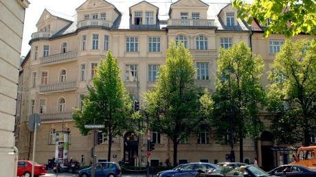 In dem Haus am Münchner Prinzregentenplatz lebte 1933 Adolf Hitler. Das Bayerische Hauptstaatsarchiv hat nun den Mietvertrag von damals ersteigert.