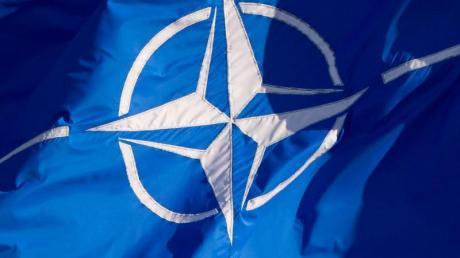 Eine Flagge der Nato weht im Wind.