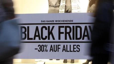 Im Schaufenster eines Geschäfts in der Innenstadt wird für den Rabatt-Tag Black Friday geworben.