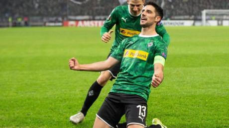 Gladbachs Lars Stindl (r) jubelt mit Stefan Lainer über sein Tor zum 1:0 gegen den Wolfsberger AC.