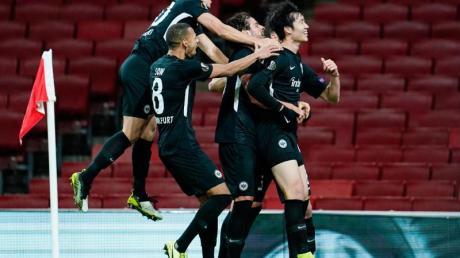 Die Frankfurter feiern den Treffer zum 2:1-Sieg beim FC Arsenal durch Daichi Kamada (r).