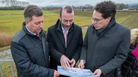 Manfred Weber Vorsitzender der EVP-Fraktion im Europaparlament informiert sich mit Deggendorfs Landrat Christian Bernreiter (links) Deggendorfs Oberbürgermeister Christian Moser (rechts) zum Baufortschritt.