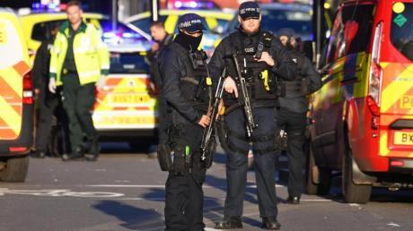 Polizei am Tatort eines Vorfalls auf der London Bridge im Zentrum Londons.