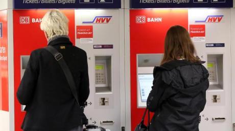 Reisende am Fahrkartenautomat:Die Bahn will die Mehrwertsteuer-Senkung an die Kunden weitergeben. Allerdings muss das entsprechende Gesetz noch im Vermittlungsausschuss von Bundestag und Bundesrat weiter beraten werden.