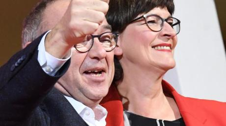 Norbert Walter-Borjans und Saskia Esken freuen sich über das Ergebnis.