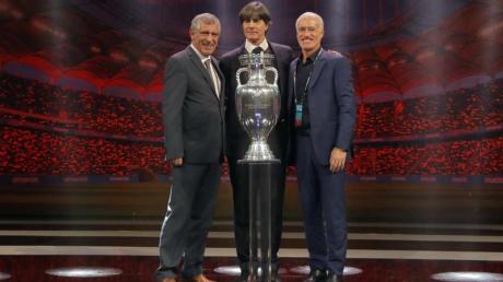 Joachim Löw posiert mit den Trainern der deutschen Gruppengegner: Fernando Santos von Portugal (l) und Didier Deschamps von Frankreich (r).