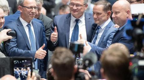 Jörg Meuthen (3.v.r.) und Tino Chrupalla (2.v.r.), sind die neu gewählten Bundessprecher der AfD.