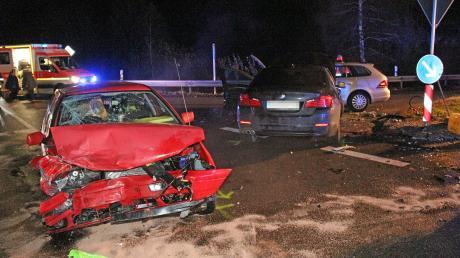 Zu einem Unfall mit drei Fahrzeugen ist es am Freitagabend kam es kurz vor 21.30 Uhr bei Jedesheim gekommen.
