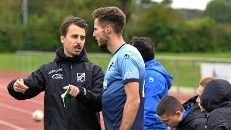 """Für den Interimstrainer des TSV Neu-Ulm, Lukas Kögel (links), hatte der Derbysieg gegen Türkspor noch weitere Folgen als """"nur"""" drei Punkte: Er wird bis zum Saisonende als Trainer an der Seitenlinie stehen."""