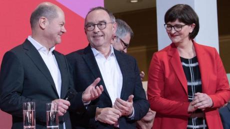 Sieger und Besiegter:Norbert Walter-Borjans (M.) und Saskia Esken freuen sich im Willy-Brandt-Haus neben dem unterlegenen Olaf Scholz.