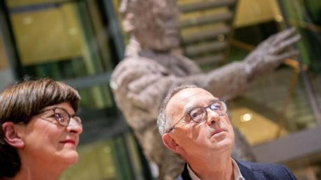 Saskia Esken und Norbert Walter-Borjans haben den Mitgliederentscheid um den SPD-Vorsitz mit 53,06 Prozent der Stimmen gewonnen.