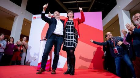 Norbert Walter-Borjans und Saskia Esken jubeln nach der Bekanntgabe des Ergebnisses der Abstimmung zum SPD-Vorsitz.