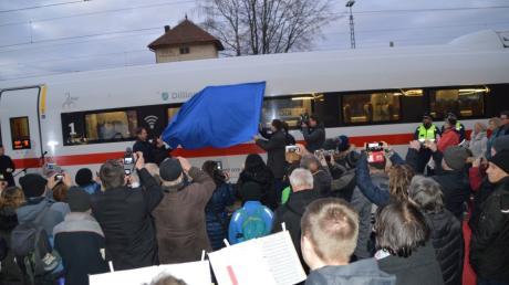Rund 150 Menschen kamen am Montagnachmittag zur Zugtaufe am Dillinger Bahnhof.