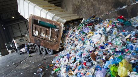 Abfall wird in Palma auf einer Deponie entladen. Um den Massen an Plastik und Einwegverpackungen Herr zu werden, haben die Balearen seit Anfang des Jahres ein neues Gesetz.