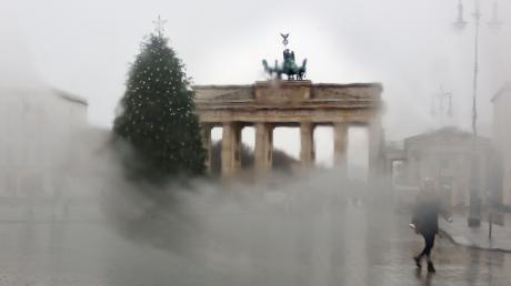 Was tun, wenn die Autoscheibe beschlagen ist? Durch die beschlagene Scheibe eines Autos ist der Weihnachtsbaum am Pariser Platz vor dem Brandenburger Tor in Berlin zu sehen.