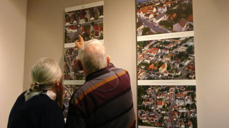 Die Besucher der Ausstellungseröffnung studierten die Tafeln intensiv und suchten sich Spots, die sie besonders interessierten.