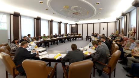 Blick in den Ratssaal im Burgauer Rathaus während einer Sitzung.