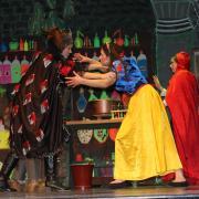 Wer gewinnt das Duell? Die böse Königin Regina (links) oder Schneewittchen (mitte) und Rotkäppchen? So viel sei verraten: Das Ende ist überraschend