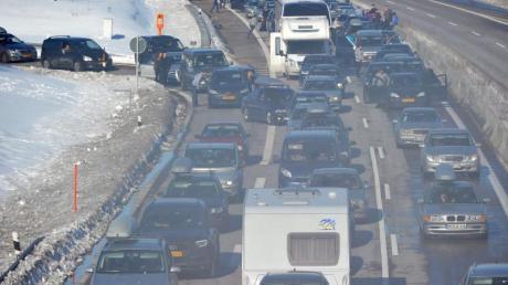 Am kommenden Nikolaus-Wochenende kann es auf den Autobahnen in Deutschland und in den Skigebieten in Österreich und der Schweiz zu Staus kommen.