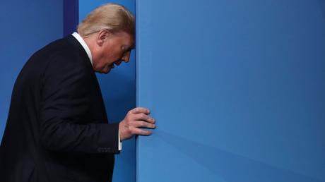 US-Präsident Donald Trump verließ den Nato-Gipfel, ohne noch an einer Pressekonferenz teilzunehmen. Zuvor gab es ein Video, das Regierungschefs vermeintlich beim Lästern zeigt.