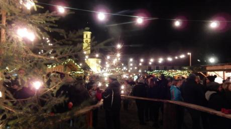 Der Weihnachtsmarkt im Schlosshof Affing hat eine besondere Atmosphäre. Die Beleuchtung, die Stände, der Weihnachtsschmuck – das alles ist das Werk von Ehrenamtlichen.
