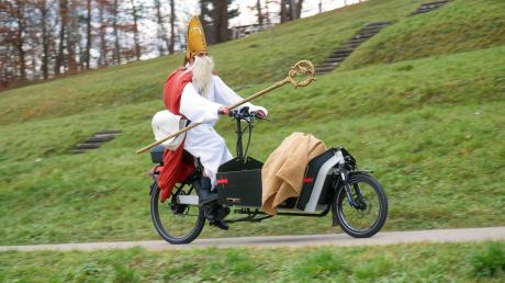 Der Nikolaus war in Ursberg mit dem E-Bike unterwegs.