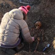 Fachleute haben die Skelette auf der Baustelle in Leeder begutachtet.