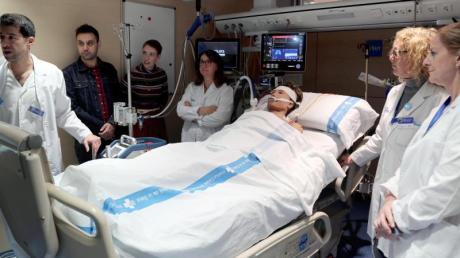 Audrey Mash (3.v.l) nimmt mit ihrem Mann an einer Nachbildung ihrer Reanimation teil. Sie wurde nach mehr als sechs Stunden ohne eigenen Herzschlag ins Leben zurückgeholt.