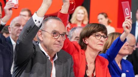 Die neuen Bundesvorsitzenden der SPD, Saskia Esken und Norbert Walter-Borjans während der Abstimmung.