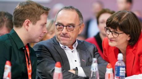 Juso-Chef Kühnert im Gespräch mit Norbert Walter-Borjans und Saskia Esken: Der neue Vorstand der SPD will noch vor Weihnachten mit der Union über die Zukunft der GroKo sprechen.