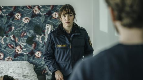"""Elisabeth (Verena Altenberger) stellt Posse (Wolf Danny Homann) im Hotelzimmer zur Rede: Szene aus dem """"Polizeiruf 110"""" aus München, der heute Abend im Ersten läuft."""