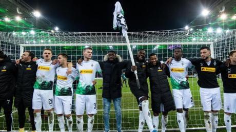 Die Gladbacher Spieler feiern den 2:1-Heimsieg im Klassiker gegen den FCBayern München.