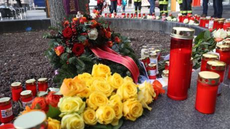 Nach dem tödlichen Angriff am Königsplatz vom Freitagabend haben Feuerwehrleute und Bürger Kerzen und Blumen niedergelegt.