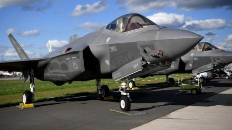 Ein Lockheed Martin F-35 Tarnkappenjet aus den USA mit einem Radargerät des Rüstungsunternehmens Hensoldt ist bei der Raumfahrtausstellung (ILA) ausgestellt.
