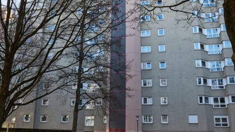 In einem Mehrfamilienhaus in der Provinostraße in Augsburg ist ein 46 Jahre alter Mann tot aufgefunden worden. Die Kriminalpolizei ermittelt wegen eines Tötungsdelikts.