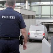In mehreren Polizei-Kleinbussen wurden die Tatverdächtigen zum Gerichtsgebäude gebracht.